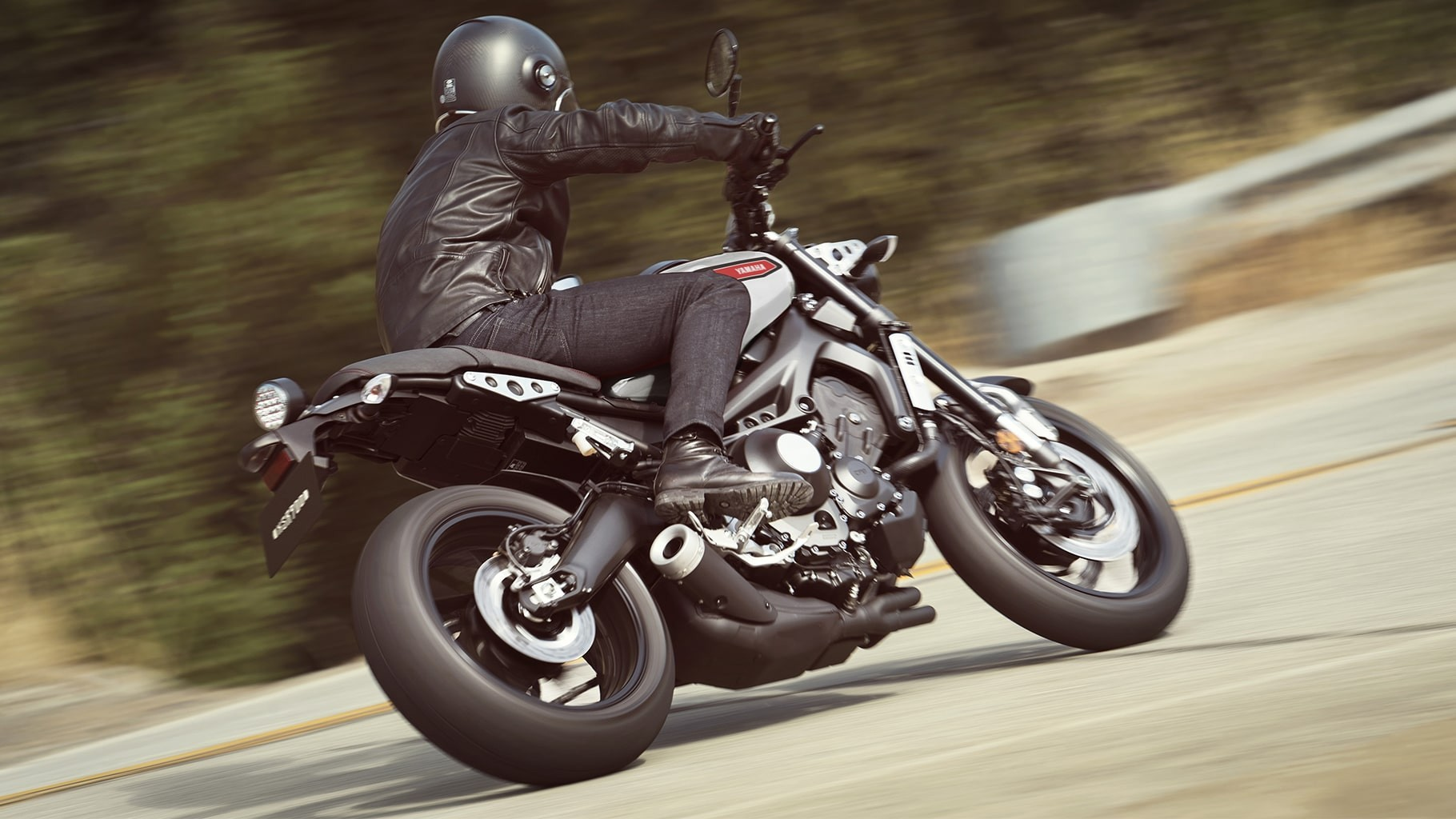 xsr900-matte-gray-aluminum-red-action-05_8V5a