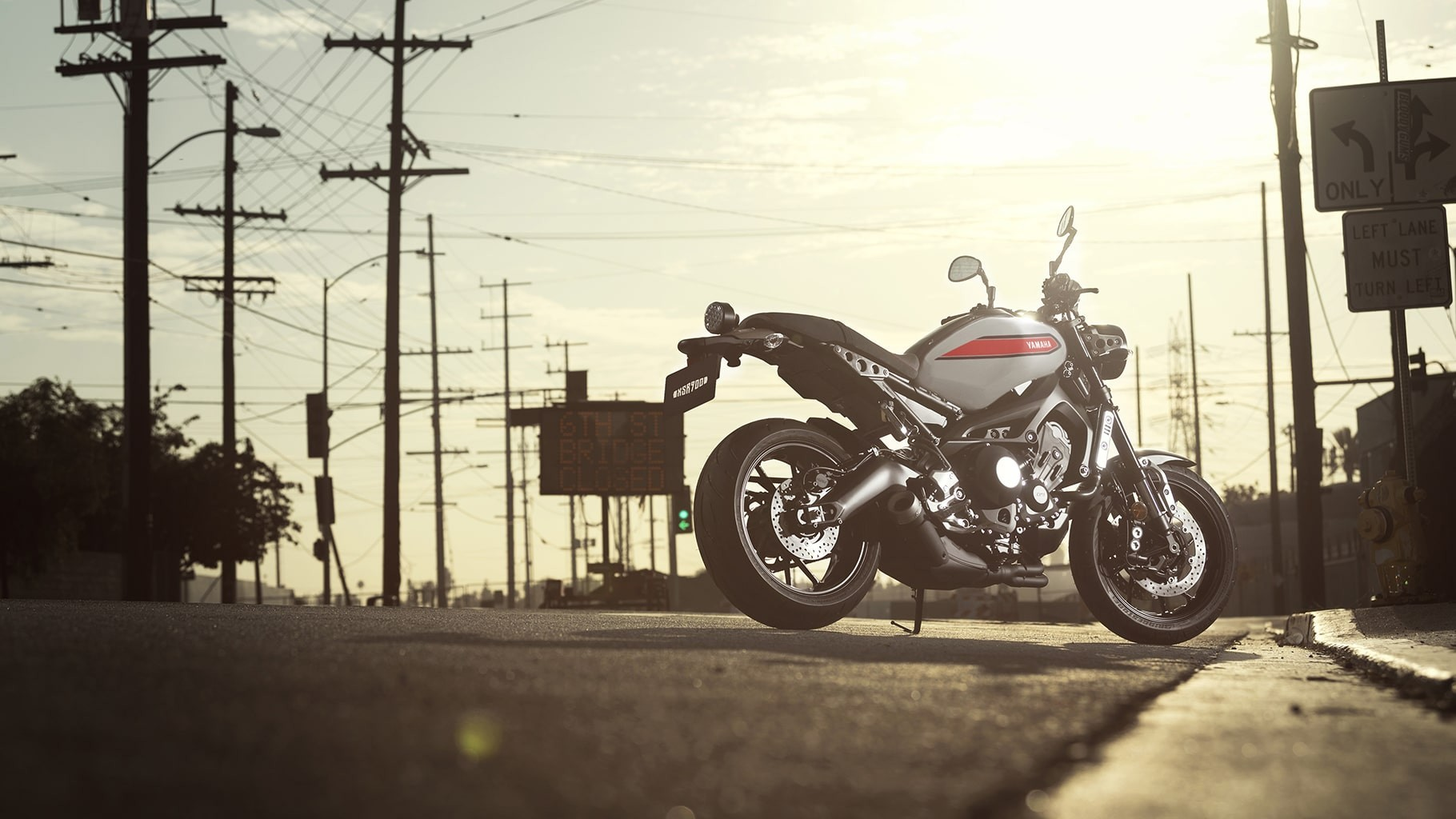 xsr900-matte-gray-aluminum-red-action-07_QyY4