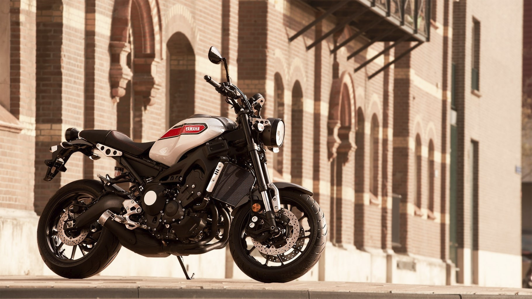xsr900-matte-gray-aluminum-red-action-11_6gLx